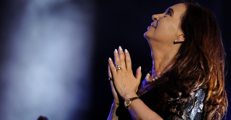 10.dez.2012 - Em imagem do dia 9 de dezembro, a presidente da Argentina, Cristina Kirchner, gesticula na praça de Maio, em Buenos Aires, durante evento convocado pelo governo para celebrar o 29º aniversário do retorno da democracia ao país