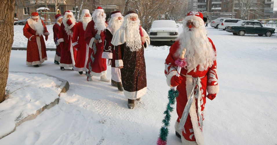 10.dez.2012 - Homens participam de concurso de Papai Noel na cidade de Krasnoyark, na Sibéria, região da Rússia