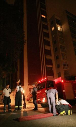 10.dez.2012 - Incêndio atingiu apartamento no 12ª andar de prédio na rua São Carlos do Pinhal, próximo à avenida Paulista, na área central de São Paulo. Não há informações sobre feridos