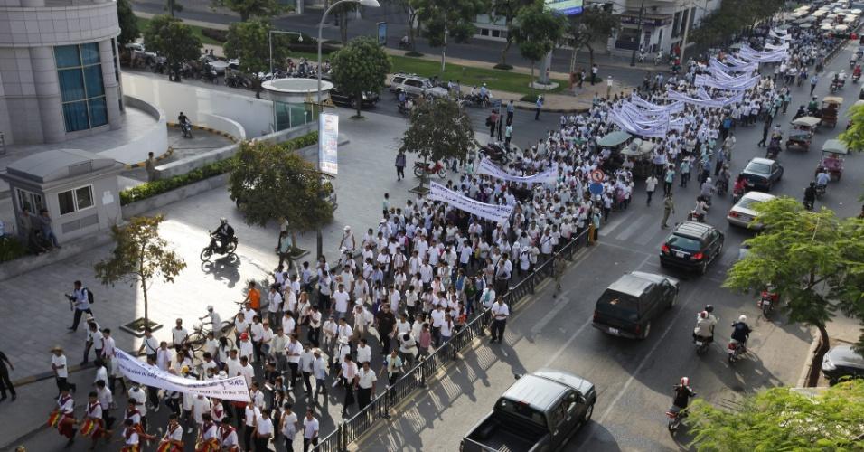 10.dez.2012 - Manifestantes realizam passeata para marcar ao Dia Internacional dos Direitos Humanos, em Phnom Penh, no Camboja