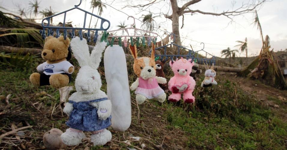 10.dez.2012 - Moradores colocam bichos de pelúcia para secar na cidade de Boston, no sul das Filipinas. A região foi devastada pela passagem do tufão Bopha