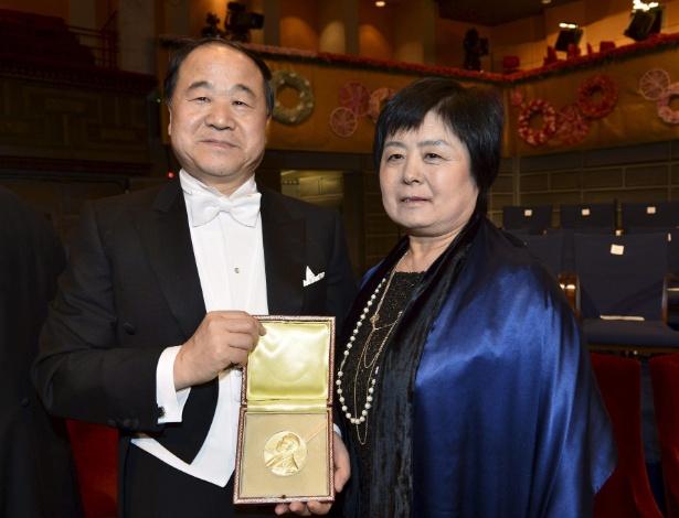 10.Dez.2012 - O escritor chinês Mo Yan posa com sua mulher, Quinlan Du, depois de receber a medalha do Prêmio Nobel de Literatura em cerimônia realizada em Estocolmo, na Suécia - Jonas Ekstromer/EFE