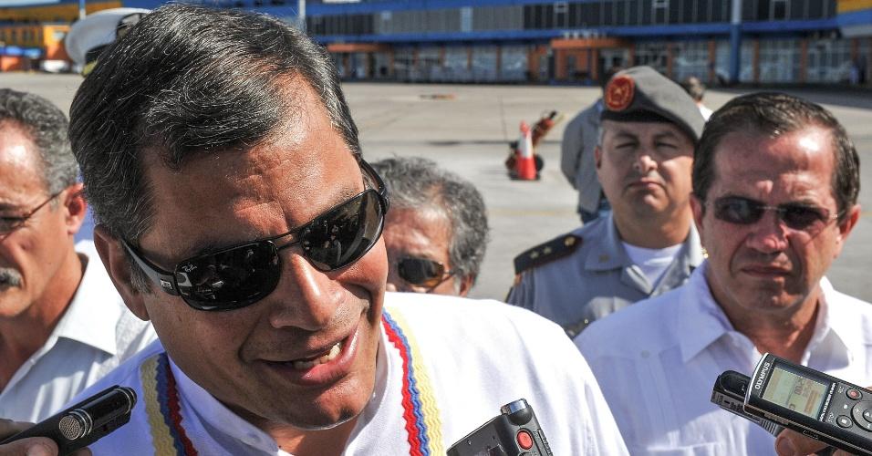 10.dez.2012 - O presidente do Equador, Rafael Correa, conversa com jornalistas após desembarcar no aeroporto de Havana. Correa foi a Cuba visitar o presidente da Venezuela, Hugo Chávez, que está na ilha para realizar uma cirurgia de tratamento contra um câncer na região pélvica
