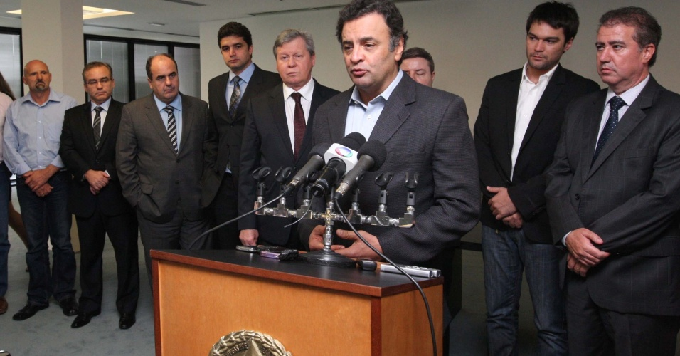 10.dez.2012 - O senador Aécio Neves recebe prefeitos eleitos do Partido da Social Democracia Brasileira (PSDB), na Cidade Administrativa em Belo Horizonte (MG), nesta segunda-feira (10)