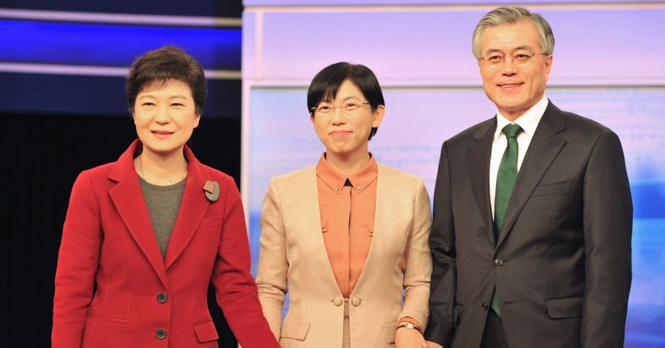 10.dez.2012 - Os candidatos a presidente da Coréia do Sul, Park Geun-hye (à esq.), do partido governante conservador Saenuri, Lee Jung-hee (no centro), do oposicionista Partido Unificado Progressista, e Moon Jae-in, do progressista PDU (Partido Democrático Unificado), posam para uma fotografia antes do início do segundo debate eleitoral na televisão coreana