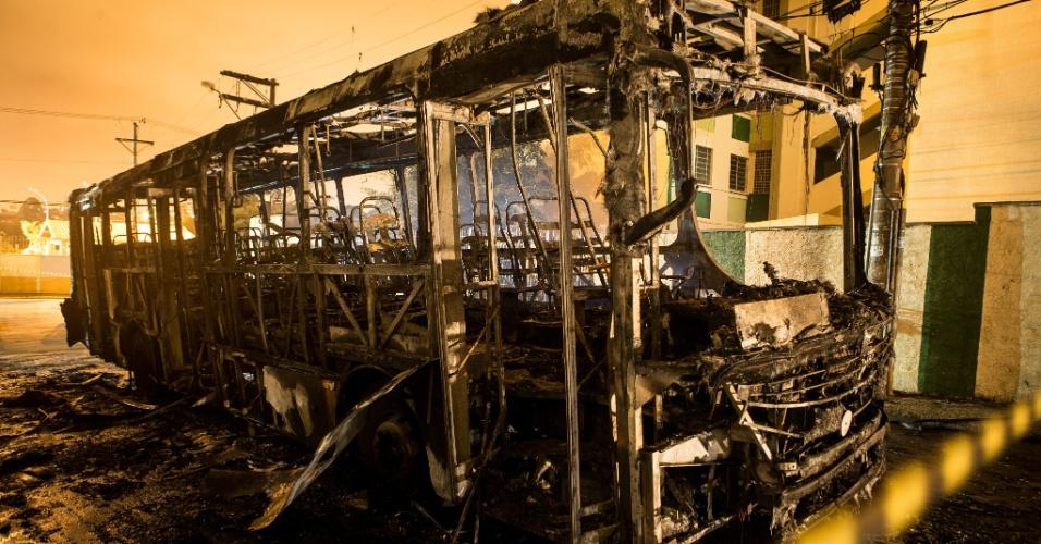 10.dez.2012 - Um ônibus foi incendiado na madrugada desta segunda-feira no Jardim Camargo, bairro da zona leste de São Paulo. Segundo a polícia, ao menos 15 pessoas jogaram pedras no veículo, obrigando o motorista a parar. Em seguida, o grupo ateou fogo no veículo