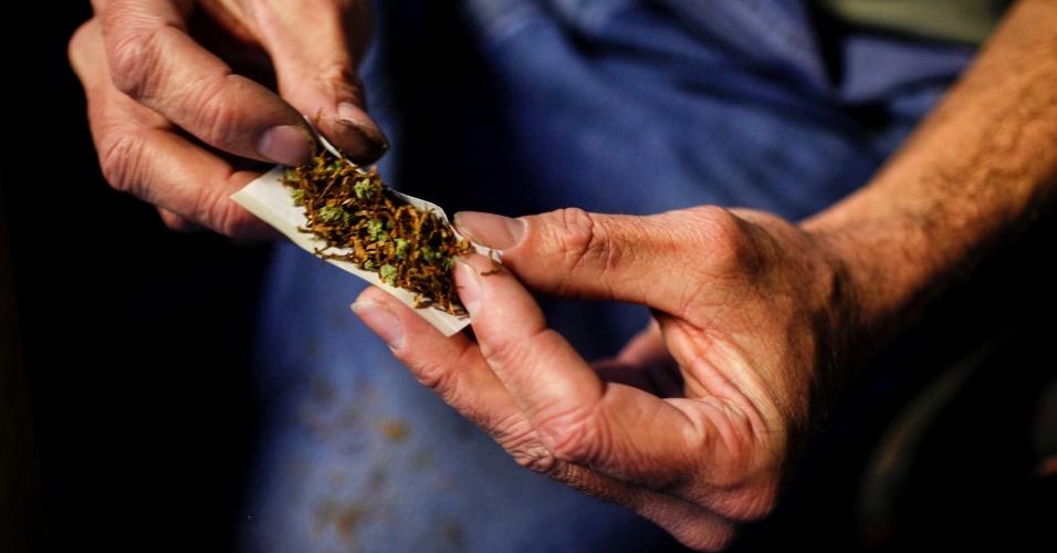 10.dez.2012 - Um usuário prepara cigarro com maconha e tabaco para fumar dentro de bar localizado na cidade de Olympia, nos Estados Unidos
