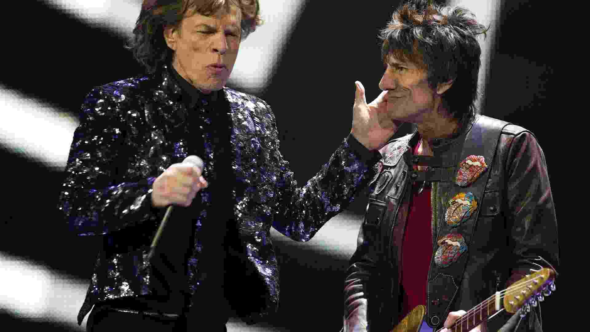 8.dez.2012 - Ronnie Wood e Mick Jagger, dos Rolling Stones, se apresentam no Barclays Center, em Nova York - Don Emmert/AFP
