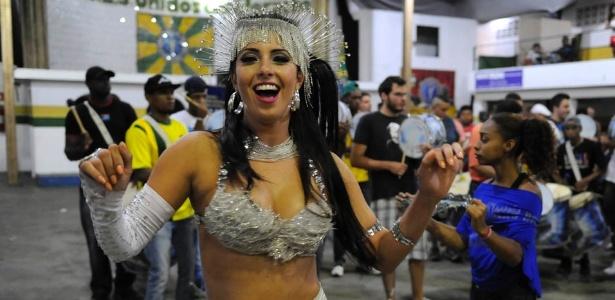 9.dez.2012 - A madrinha da Unidos do Peruche, Dani França, samba durante evento na quadra da agremiação na zona norte de São Paulo - Junior Lago/UOL