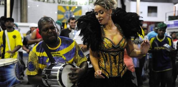 9.dez.2012 - A russa Lola Melnick, rainha da bateria da Unidos do Peruche, samba durante evento na quadra da agremiação na zona norte de São Paulo - Junior Lago/UOL