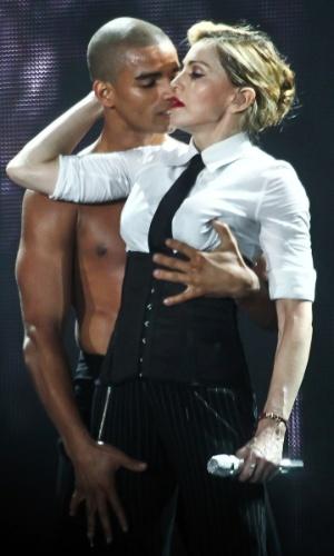 9.dez.2012 - Madonna beija o namorado Brahim Zaibat durante apresentação no Estádio Olímpico, em Porto Alegre, com o quarto e último show de sua turnê brasileira