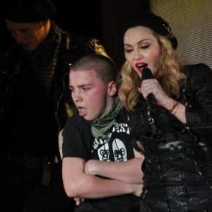 Madonna ao lado do filho Rocco durante show realizado em Porto Alegre em dezembro de 2012 - Foto Rio News