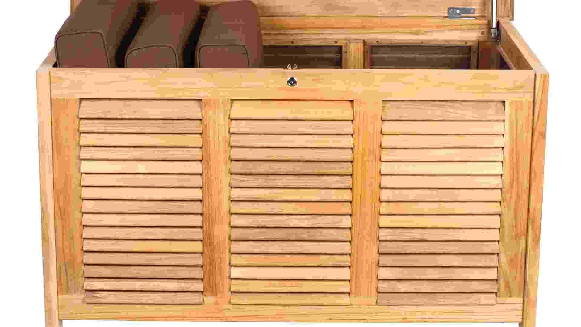 Baú de madeira teca e medidas 79 cm x 130 cm x 72,5 cm possui fechamento lateral por venezianas vedadas internamente com telas de náilon, o que permite a ventilação mas impede a entrada de insetos. Com fechadura a chave, a peça custa R$ 4.536, na Teakstore (www.teakstore.com.br)   Preços consultados em dezembro de 2012 e sujeitos a alterações - Divulgação
