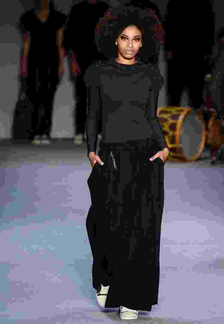 Bianca Marques, que desfilou sua coleção de Inverno 2013 no Fashion Rio, apresentou um modelo de calça bem amplo, com pregas e boca larga. A peça foi usada com blusa justinha, para equilibrar as proporções - Alexandre Schneider/UOL