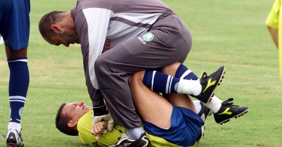 Marcos brinca com Muñoz durante treino do time em outubro de 2003