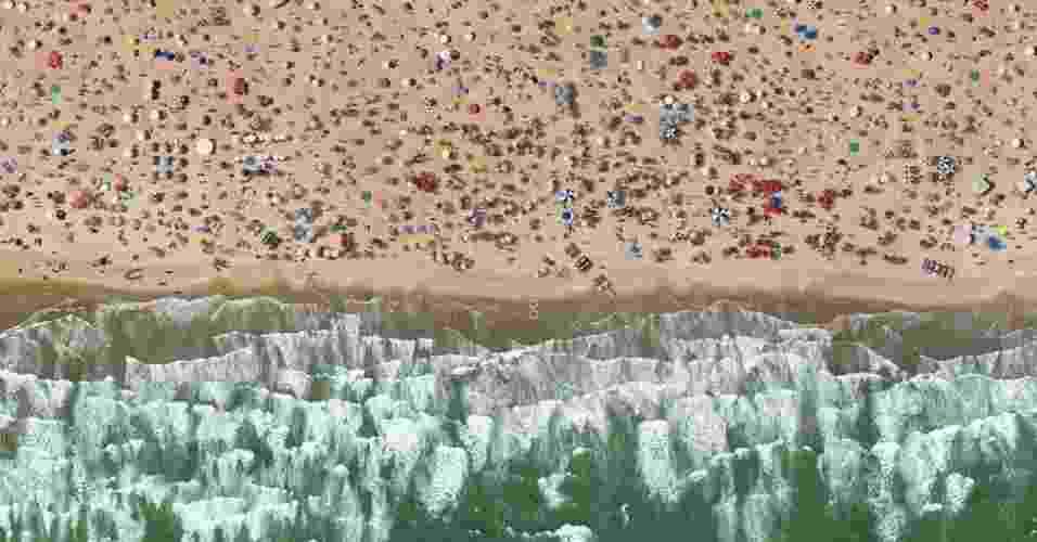 Para a série de fotos da praia, Vasconcellos escolheu uma praia deserta no sul de Alagoas, perto da fronteira com o Sergipe, para fazer a 'base' da imagem - Cássio Vasconcellos