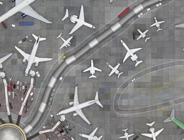 Para o fotógrafo, as imagens lembram neurônios e formam um aeroporto imaginário. Para fazer estas imagens, o piloto não podia parar em cima dos aeoportos, apenas pedir permissão para cruzar a área. Neste momento, as imagens eram feitas - Cássio Vasconcellos