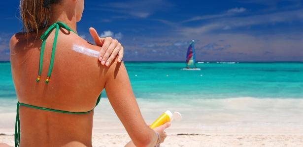 Antes de se expor ao sol é preciso escolher com cuidado o protetor solar adequado e aplicar seguindo as recomendações dos dermatologistas - Thinkstock