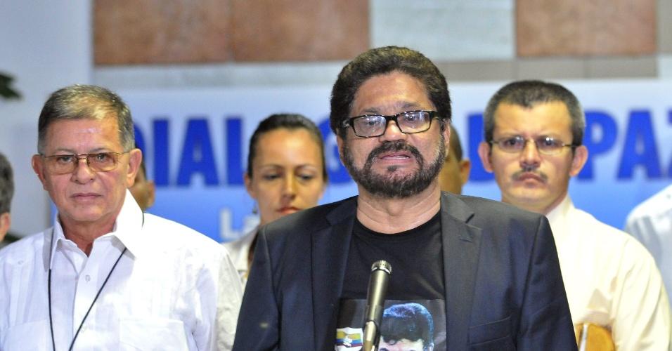 10.dez.2012 - Iván Márquez, líder da equipe de negociadores das Farc com o governo colombiano, fala com jornalistas ao final de mais uma rodada de conversas em Havana, Cuba, para negociar um acordo de paz. Além disso, Márquez também enviou um recado ao presidente da Venezuela Hugo Chávez, desejando a ele uma rápida recuperação. Chávez voltou a Cuba para reiniciar um tratamento contra o câncêr