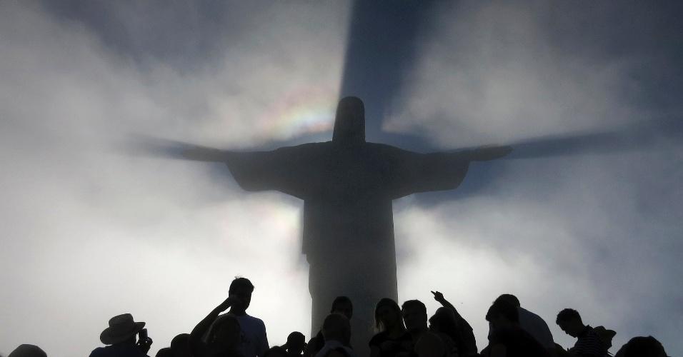 11.dez.2012 - A estátua do Cristo Redentor lança sombra sobre as nuvens no topo do Corcovado, no Rio de Janeiro