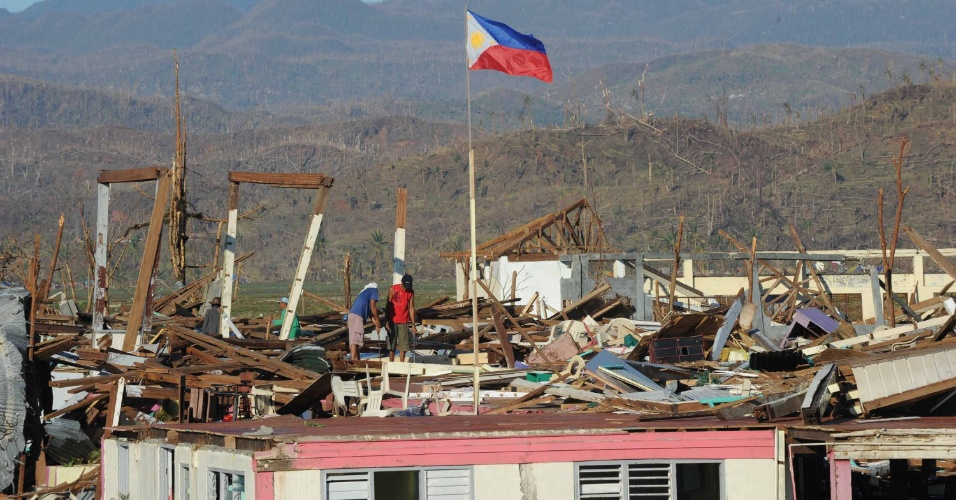 11.dez.2012 - Bandeira filipina tremula sobre Cateel. A cidade costeira foi completamente destruída pela passagem do tufão Bopha