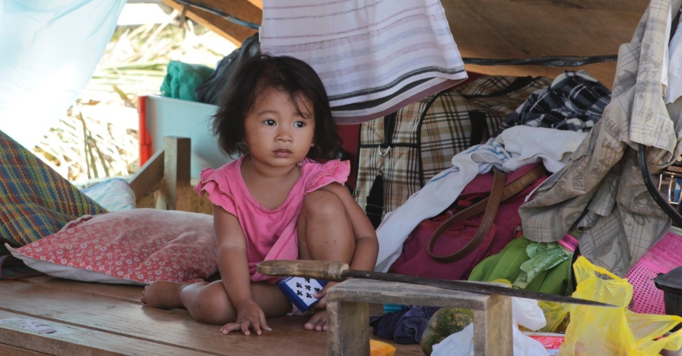 11.dez.2012 - Garotinha descansa em abrigo temporário na cidade de Cateel. Mais de 700 pessoas morreram em todo o país por causa do tufão Bopha