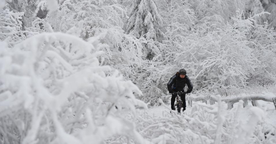 11.dez.2012 - Homem anda de bicicleta em meio à neve, na cidade de Taunus, na Alemanha