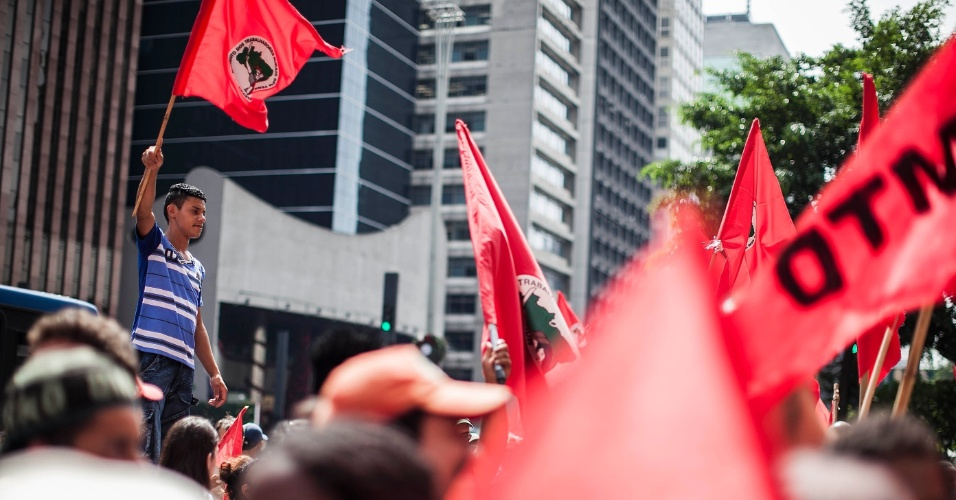11.dez.2012 - Integrantes do MST (Movimento dos Trabalhadores Sem Terra), agricultores e estudantes, fizeram uma manifestação na avenida Paulista, centro de São Paulo, em protesto contra a ameaça de despejo do assentamento Milton Santos, em Americana (SP). O assentamento, onde vivem 68 famílias há 7 anos, é alvo de uma disputa judicial
