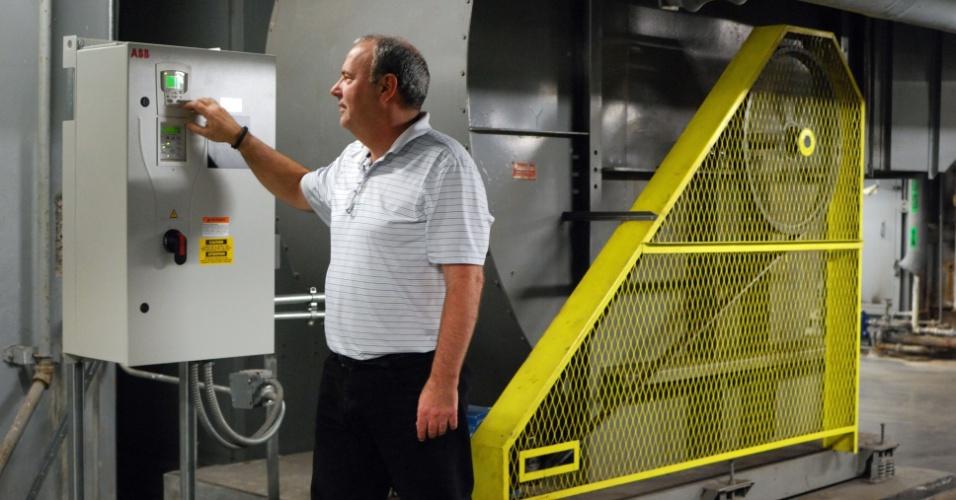 11.dez.2012 - Jim Javillet mostra como funciona o sistema inteligente de temperatura do prédio da AT&T, em Chicago. Reguladores foram instalados em grandes ventiladores para fazer circular o ar quente ou o frio por todo o edifício dos anos 1960, funcionando apenas quando necessário e não o dia todo ou a noite inteira