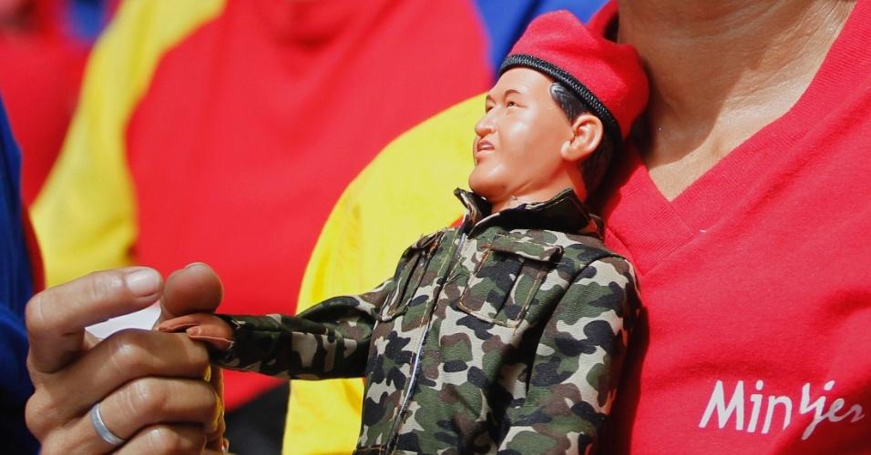 11.dez.2012 - Mulher segura um boneco do presidente da Venezuela, Hugo Chávez, durante uma oração coletiva, em Caracas, pela saúde do presidente venezuelano. Nesta terça-feira (11), Chávez passa por uma cirurgia, em Cuba, como parte do tratamento contra um câncer