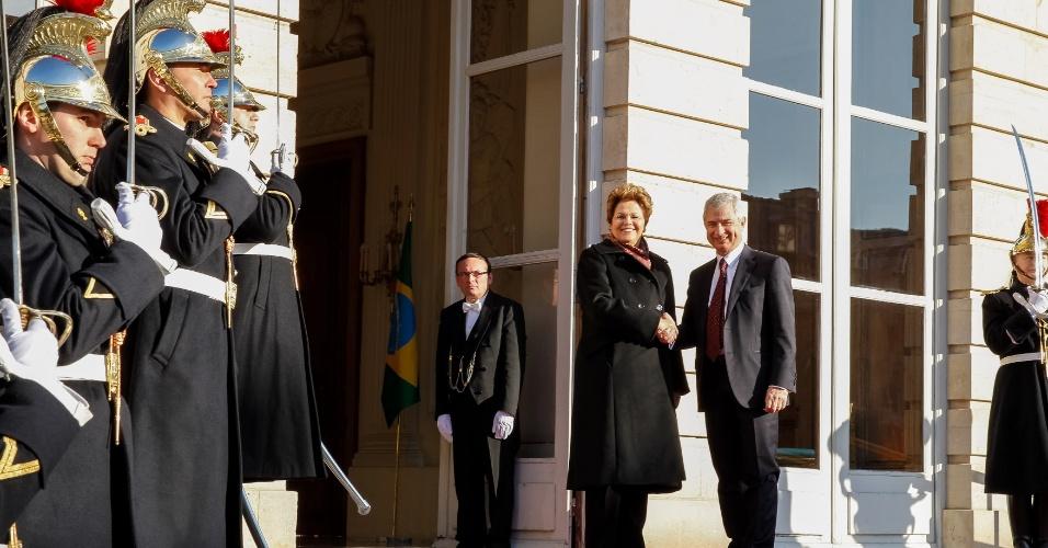11.dez.2012 - O presidente da Assembleia Nacional da França, deputado Claude Bartolone, cumprimenta a presidente Dilma Rousseff, na residência oficial do presidente da assembleia francesa, em Paris. A presidente iniciou nesta terça-feira (11) visita oficial de dois dias ao país