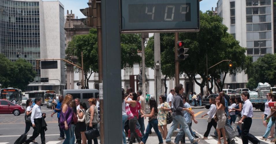 11.dez.2012 - Termômetro instalado nas proximidades da Igreja da Candelária, no Rio de Janeiro, registra 40º C, nesta terça-feira