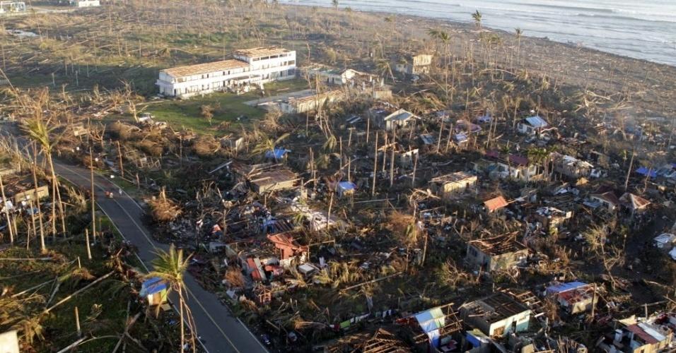 11.dez.2012 - Vista aérea da cidade costeira de Cateel (Filipinas) que foi devastada durante a passagem do tufão Bopha. O fenômeno causou a morte de pelo menos 714 pessoas no país e deixou quase dois mil feridos. Atualmente, cerca de 890 estão desaparecidas