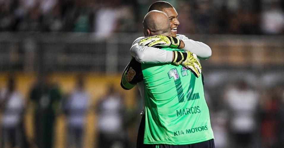 11.dez.2012-Marcos abraça Dida após marcar gol de pênalti em seu ex-companheiro de seleção no jogo de despedida do ídolo do Palmeiras