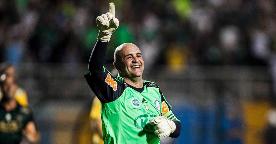 11.dez.2012-Marcos comemora gol marcado de pênalti na sua partida de despedida do futebol
