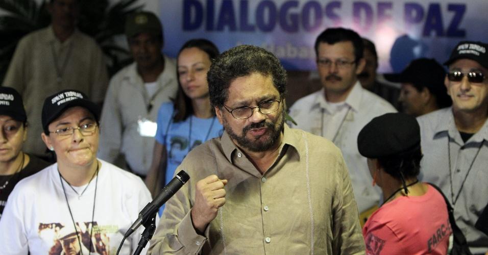 21.nov.2012 - Iván Márquez, número dois na liderança das Farc e chefe de negociação do grupo com o o governo colombiano nas conversas para o acordo de paz, fala com jornalistas antes de iniciar mais o terceiro dia de conversas no Palácio das Convenções, em Havana, Cuba. Cuba sediou a segunda fase das negociações, que começaram na Noruega, em outubro