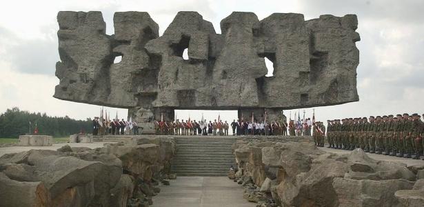 23.jul.2004 Pessoas participam da cerimônia que marca o 60º aniversário da liberação dos campos de morte nazistas no memorial Majdanek, na cidade de Majdanek, na Polônia  - Czarek Sokolowski/AP Photo