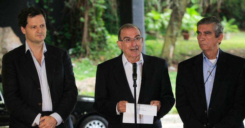 29.nov.2012 - O vice-presidente da Colômbia, Humberto da la Calle (centro), líder do governo nas rodadas de negociação da paz com a Farc, lê o comunicado oficial sobre o final da primeira rodada de negociação para o acordo de paz com as Farc em Havana, Cuba