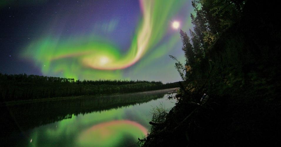3.set.2012 - Aurora boreal aparece no céu de Whitehorse, no Canadá