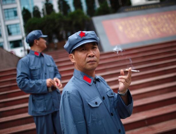 20.set.2012 - Chinês vestido de 'soldado vermelho' em Jinggangshan, na província de Jiangxi. A cidade é conhecida como o local onde o líder da Revolução Cultural chinesa, Mao Tsé-tung, começou sua carreira revolucionária
