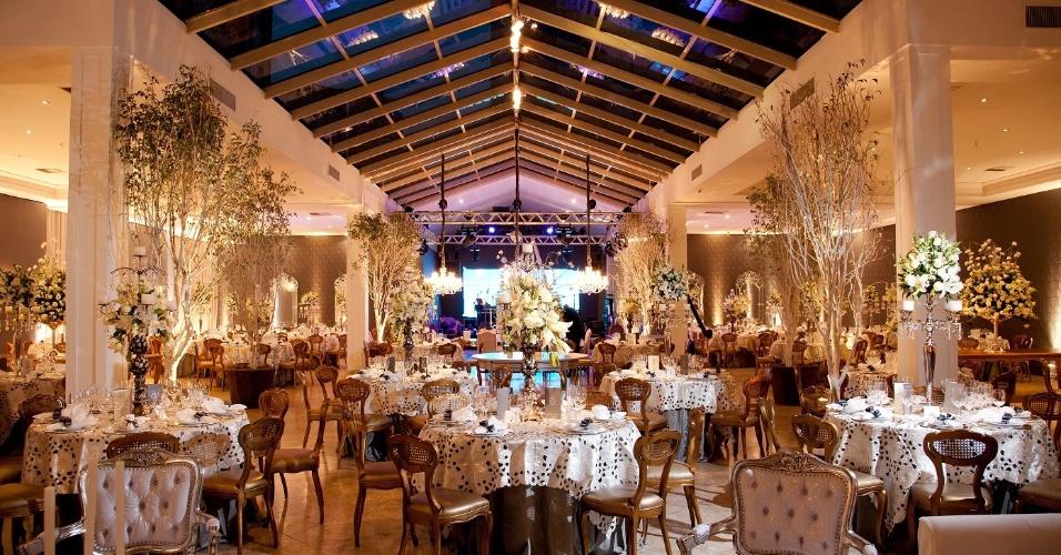 Espaço decorado para receber os convidados após a cerimônia de casamento no Castelo do Batel (www.castelodobatel.com.br)