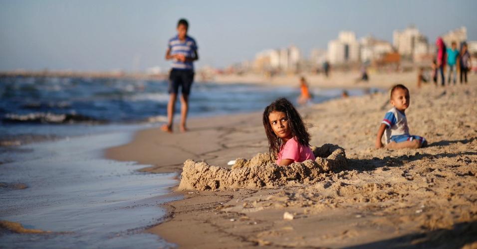 26.ago.2012 - Garota palestina brinca em praia durante dia de verão em Gaza