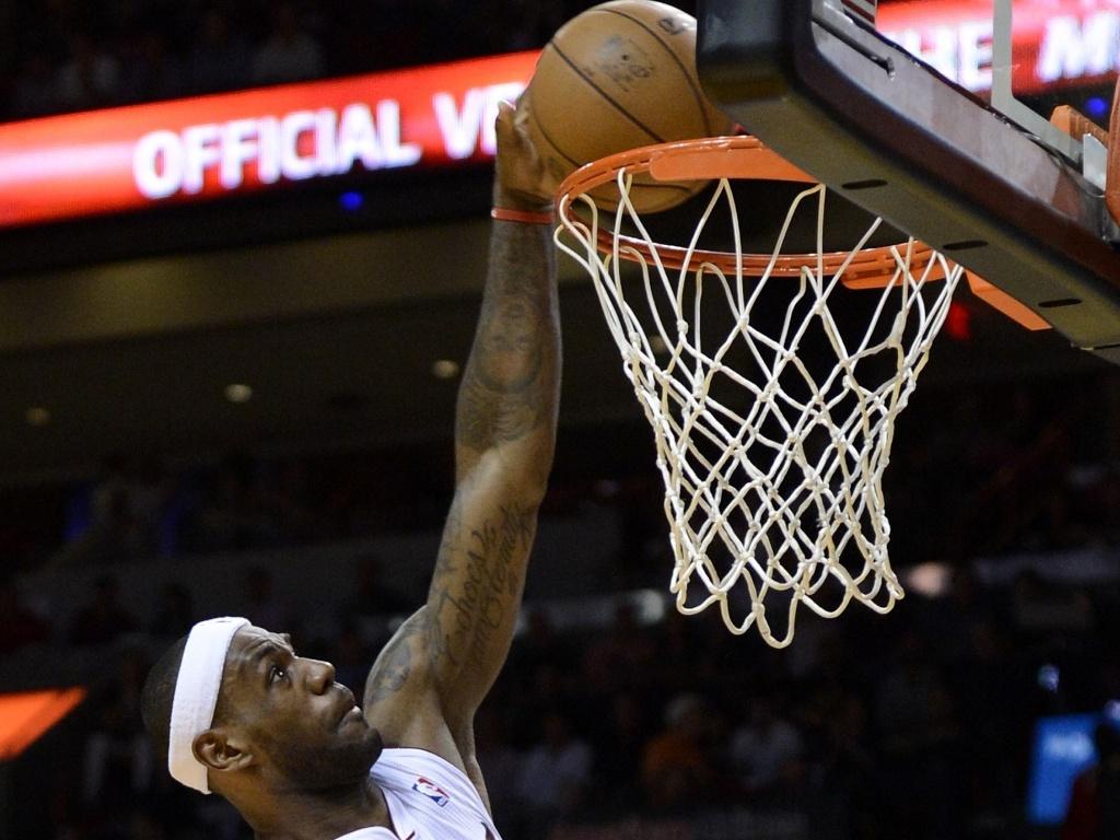 LeBron James sobe para enterrar e anotar mais dois pontos para o Heat, que bateu os Hawks por 101 a 92