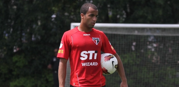Lucas quando defendia do São Paulo, em 2012; venda até hoje é motivo de disputa