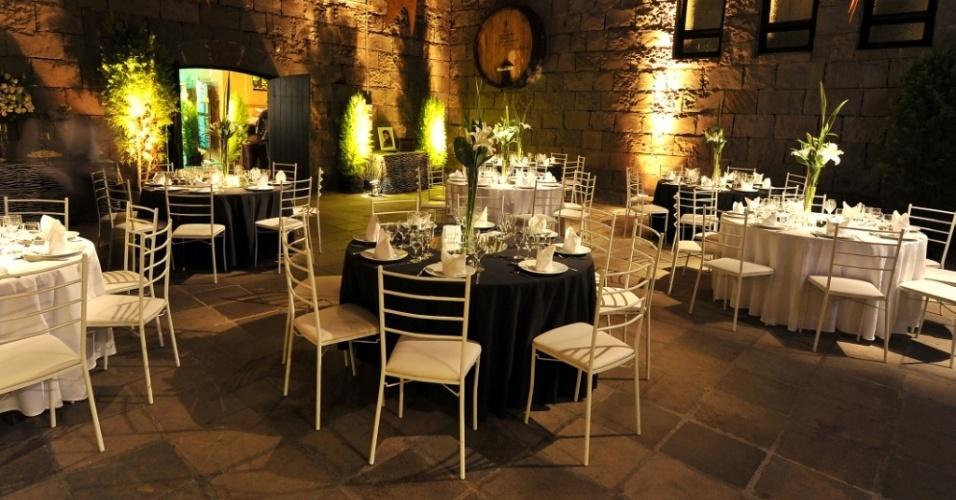 O Castelo Lacave (www.lacave.com.br) também oferece passadeira vermelha, estufas para os dias mais frios e toda a aparelhagem para montar a mesa --pratos, talheres, taças de vinho, guardanapos de pano e de papel