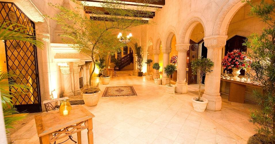 O Castelo de Itaipava (www.castelodeitaipava.com.br) tem também o Quarto da Baronesa, ideal para a noiva se arrumar. Possui cama, sofá, mesa para refeições, antessala com um imenso espelho e um banheiro completo com dois chuveiros e banheira de hidromassagem