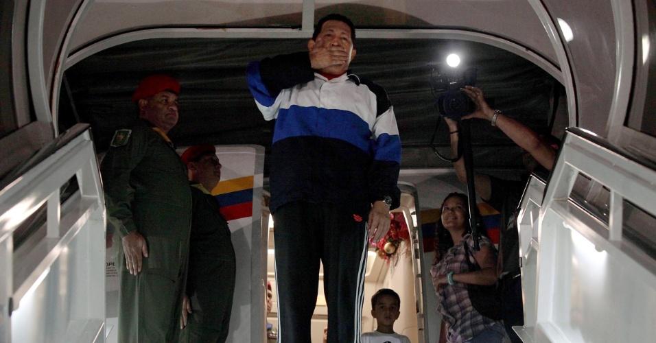 10.dez.2012 - O presidente da Venezuela, Hugo Chávez, manda um beijo antes de voar de Caracas a Havana, capital de Cuba, onde passou pela quarta cirurgia para a retirada de um tumor maligno na região pélvica. Antes de operar, Chávez indicou seu sucessor o chanceler e vice-presidente Nicolás Maduro