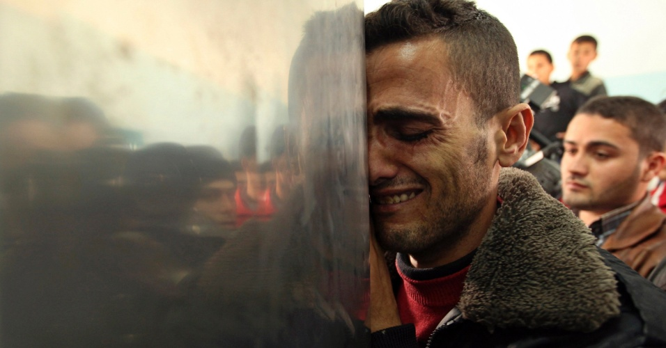 18.jan.2012 - Palestino chora durante a chegada do corpo de um homem morto em ataque israelense, no norte da faixa de Gaza