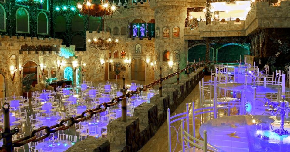 Salão Avalon. O Monte Castelo Eventos (www.montecasteloeventos.com.br) oferece pacote completo para o casamento. O serviço inclui bufê, decoração, serviço de foto e filmagem, DJ, banda, estrutura para o dia da noiva e entrada com cavalo e carruagem