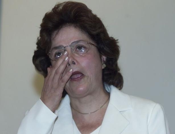 02.jan.2003 - Nova ministra de Minas e Energia, Dilma Rousseff chora durante seu discurso de posse em Brasília